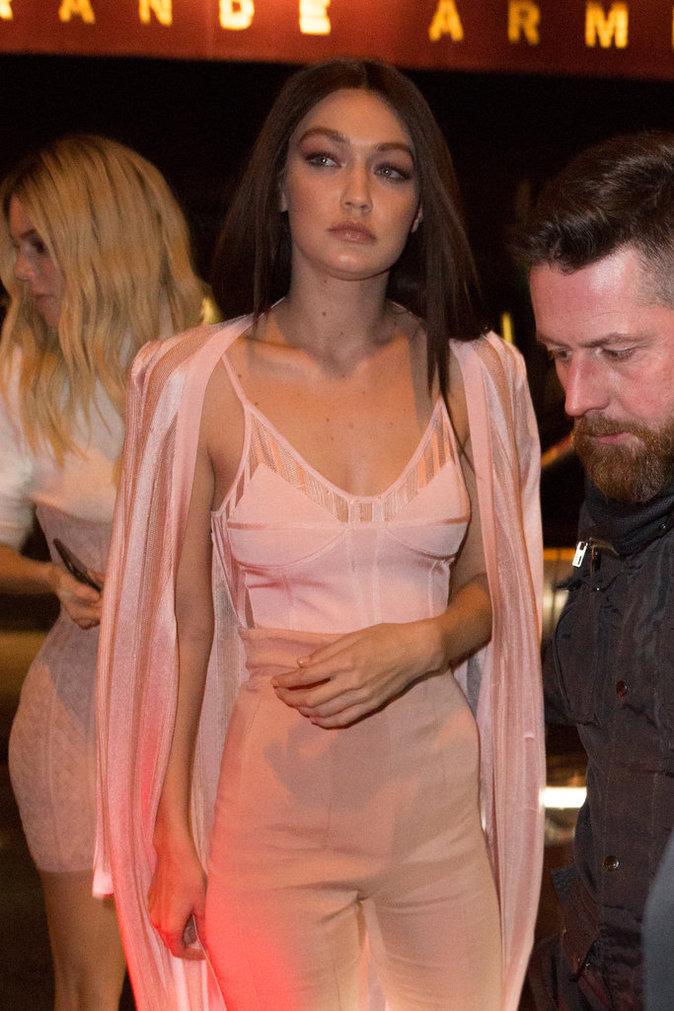 Photos : Kris Jenner : sexy mama pour applaudir Kendall et Gigi à l'after-show Balmain !