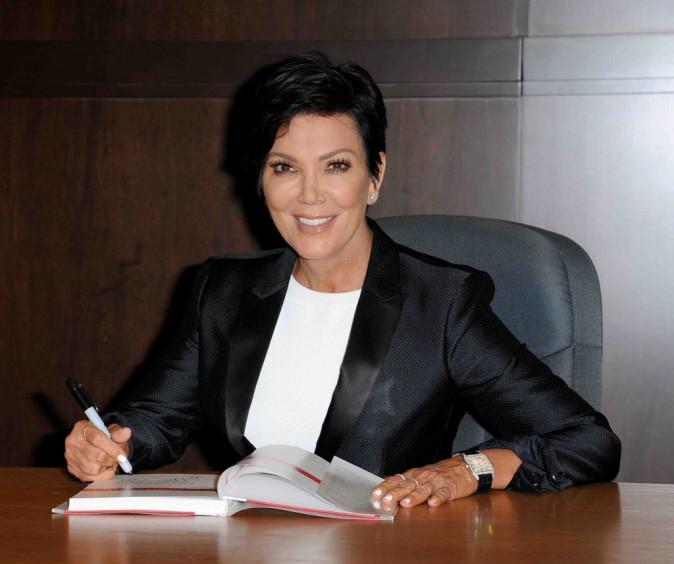 Kris Jenner : tenue très classe pour une séance de dédicace !