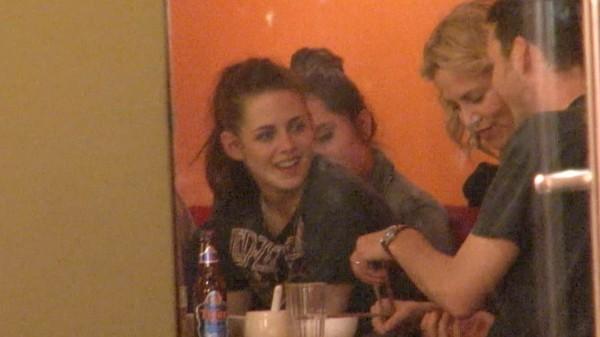 Kristen Stewart et Rupert Sanders lors d'un dîner dans un restaurant de Berlin.