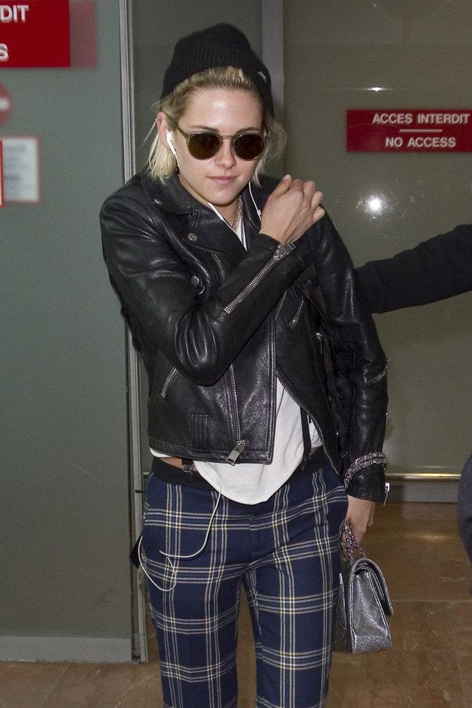 Kristen Stewart arrive à l'aéroport de Nice