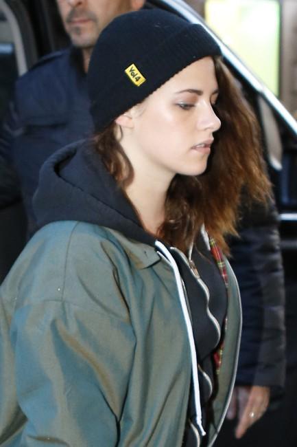 Kristen Stewart arrive chez Chanel à Paris, le 3 février 2014.