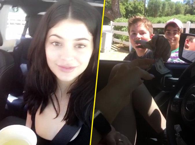 Photos : Kylie Jenner distribue des billets dans son quartier !