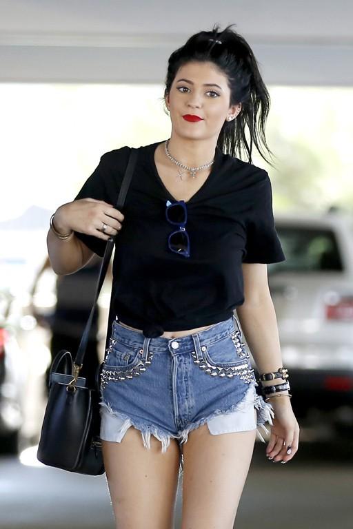 Kylie Jenner avec des amis au centre commercial de Topanga Canyon le 20 août 2013