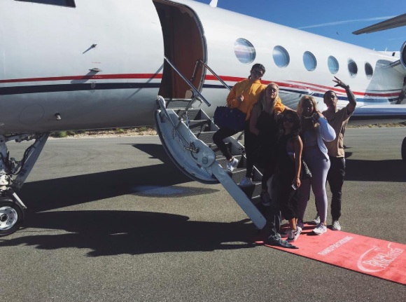 Le groupe rentre à Los Angeles en jet privé