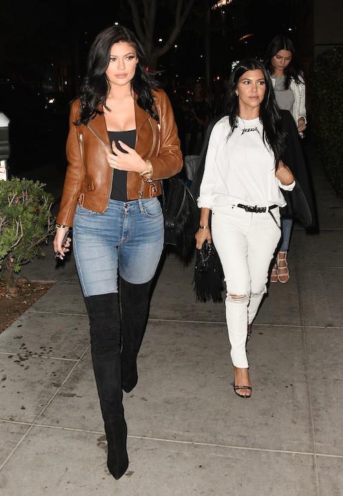 Photos : Kylie Jenner, une géante mal fagotée à côté de Kourtney Kardashian !