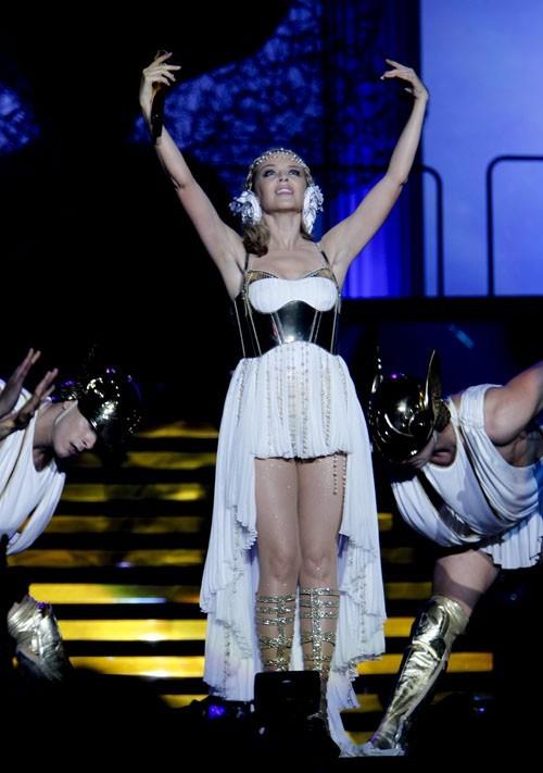 Sculpturale dans sa robe de déesse.