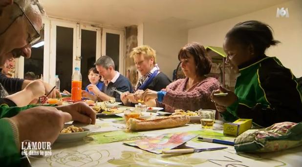 Paulo apprécie le plat de Côte d'ivoire cuisiné par Céline