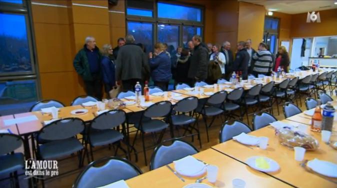 Paulo emmène ses prétendantes à la salle des fêtes où un dîner est organisé pour elles