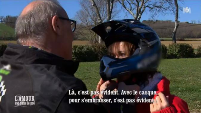 Bernard profite de la balade pour se rapprocher de Michèle...