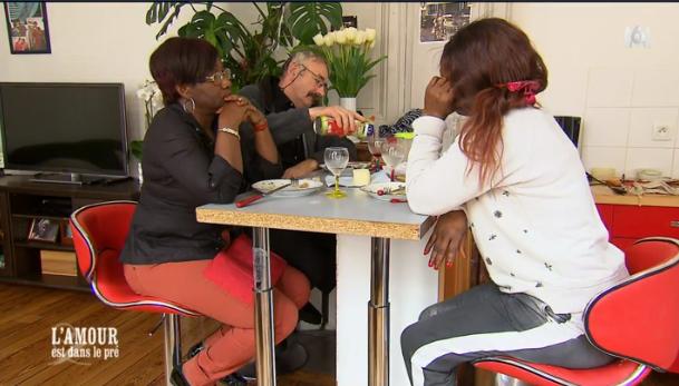 Céline et sa soeur n'hésitent pas à parler dans leur langue d'origine devant Paulo