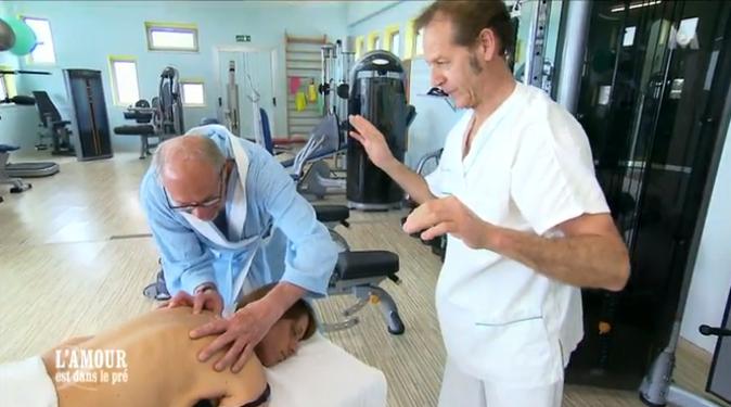 Au point qu'il se lance à masser lui-même Michèle !