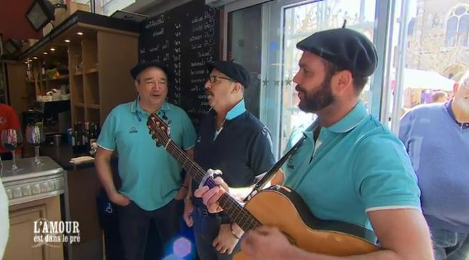 ... où des musiciens basques jouent pour lui !