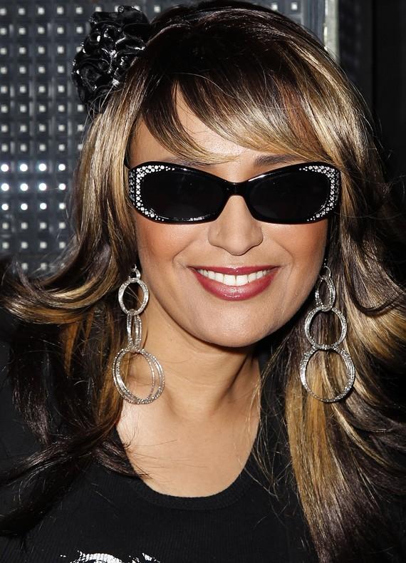 Stylée avec ses lunettes de soleil en soirée !