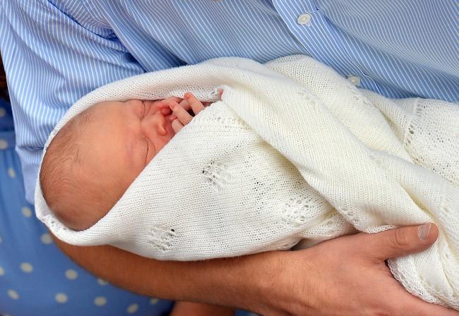 Le bébé de Kate Middleton et du prince William à la sortie de la maternité, le 23 juillet 2013.