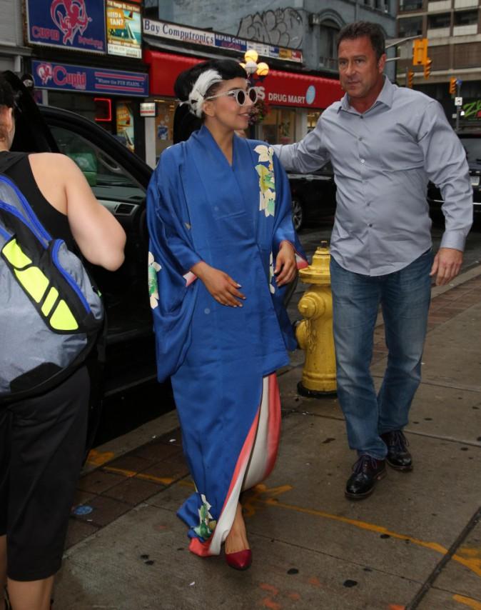 Photos : Lady Gaga : après la robe de mariée, elle dégaine le kimono à Toronto !