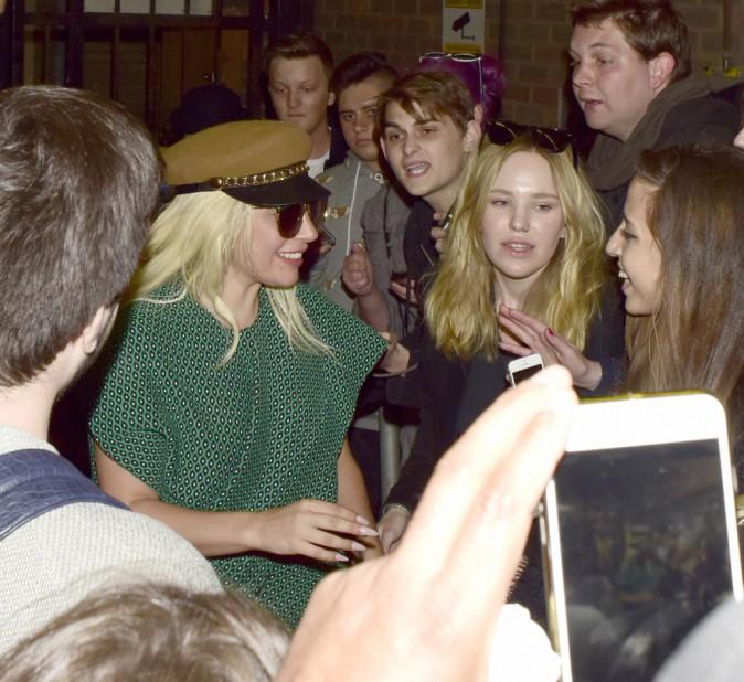 Photos : Lady Gaga : au garde-à-vous pour ses fans !