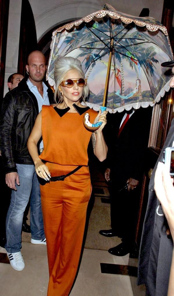 Lady Gaga à la sortie de son hôtel de Londres hier