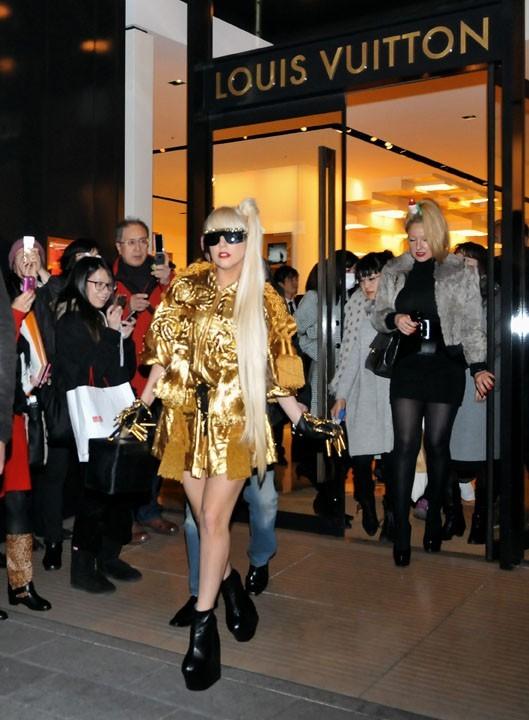 Lady Gaga à la sortie de Louis Vuitton hier à Tokyo !