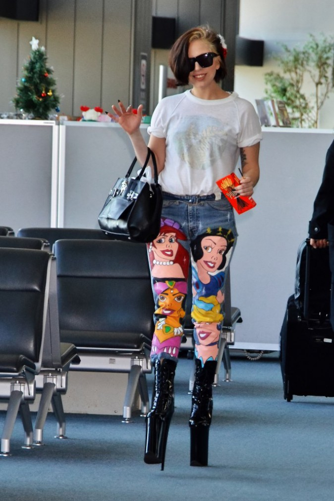 Lady Gaga à l'aéroport de Narita, le 3 décembre 2013.