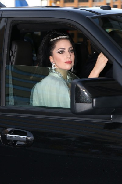 Lady Gaga dégaine le look de mariée raté dans les rues de Montréal , le 1er juillet 2014