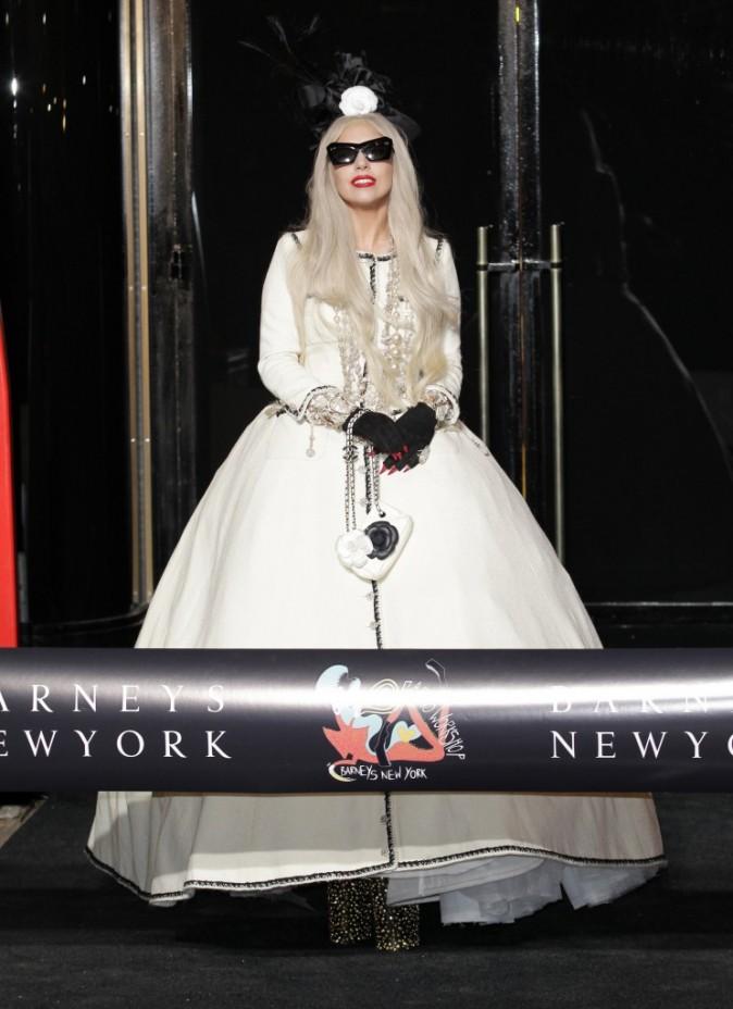 En Chanel, elle ressemble à un personnage d'Alice au Pays des Merveilles !