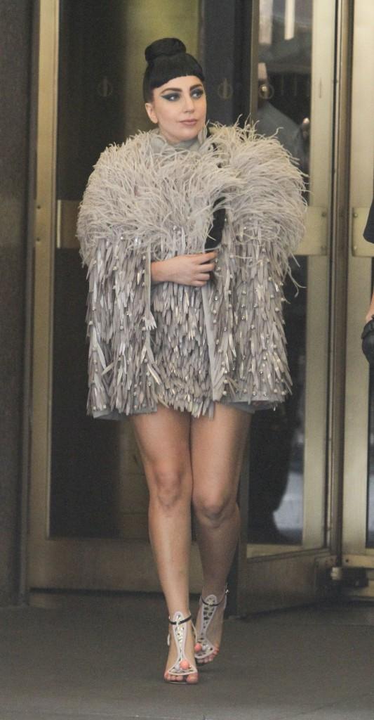 Lady Gaga dans un mateau gris étonnant pour la saison, le 29 juillet à New York