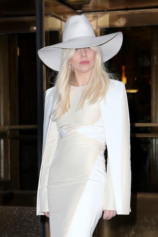 Lady Gaga à la sortie des studios de Z100 Radio, à New-York, le 8 novembre 2013