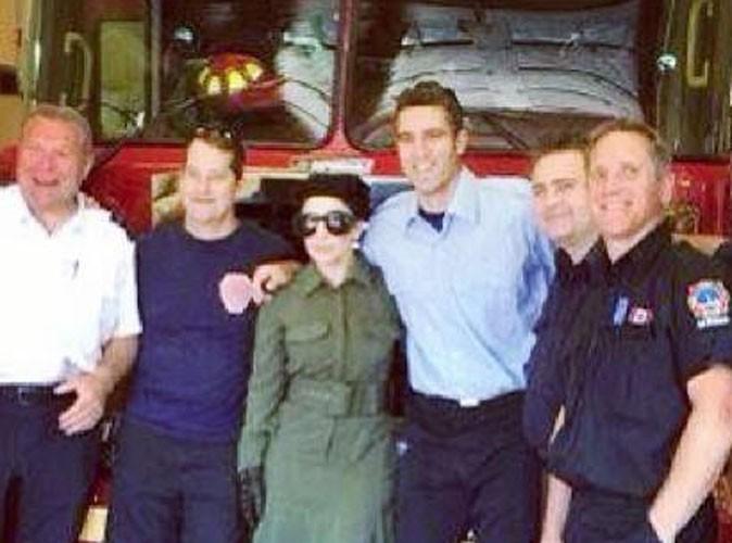 Lady Gaga dans uen caserne de pompiers à Toronto, le 6 juillet 2014