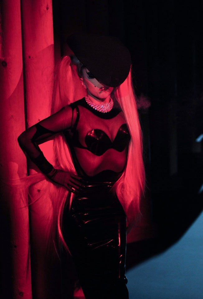 Une apparition rose...une vraie showgirl !