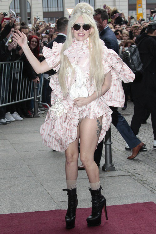 Photos : Lady Gaga montre sa culotte en plein Berlin!