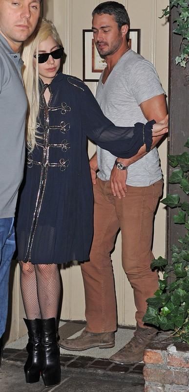 Lady Gaga sort d'un restaurant avec son petit-ami