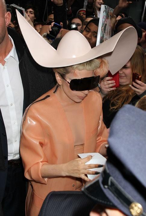 Lady Gaga a réinventé le chapeau de cow-boy !