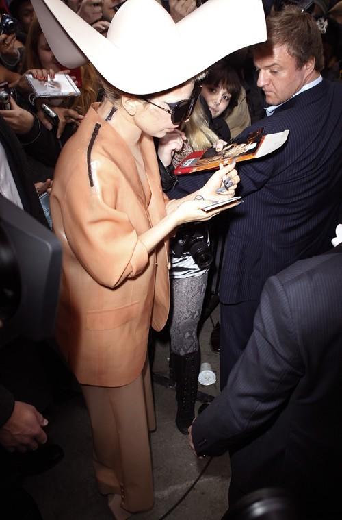 Pour sensibiliser l'opinion à la lutte contre le SIDA, Lady Gaga s'est inspirée du latex des préservatifs pour créer sa tenue.