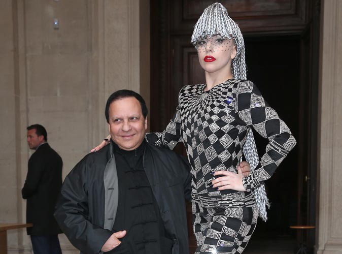 Lady Gaga : sacrément perchée pour prendre la pose au côté du styliste Azzedine Alaïa !