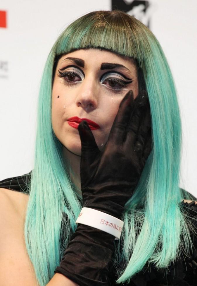 Lady Gaga verse une larme...