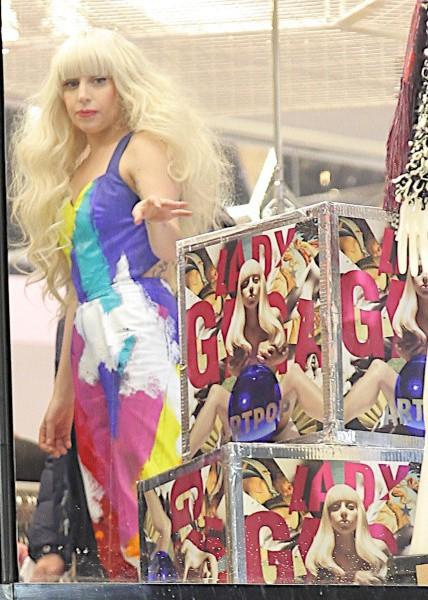 Lady Gaga lors de l'inauguration de la nouvelle boutique H&M à New York, le 14 novembre 2013.