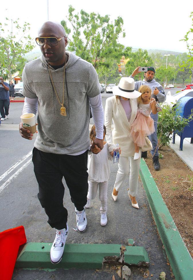 Lamar Odom, Khloe Kardashian, Mason et Penelope Disick se rendent à l'église de Agoura Hills
