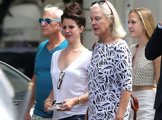 Lana Del Rey : de nouveau célibataire, elle s'entoure de ses parents pour flâner à Paris !