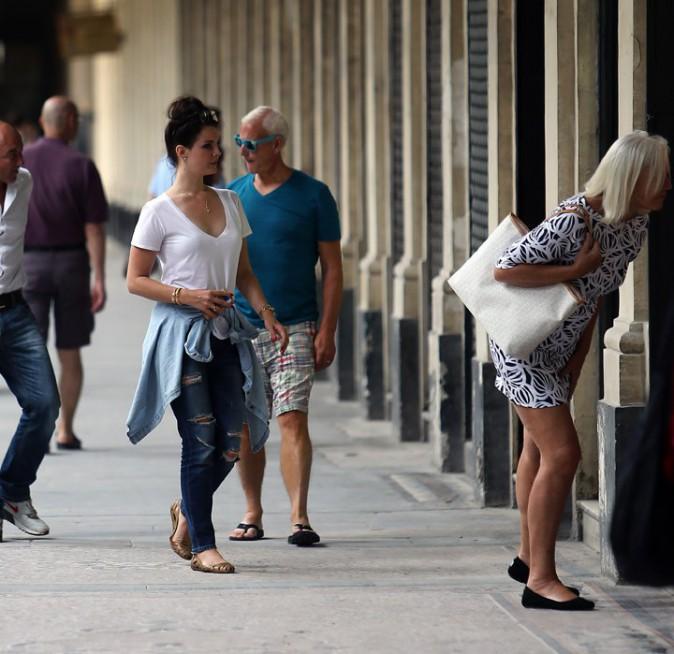Lana Del Rey en ballade avec ses parents et sa soeur à Paris le 23 juin 2014