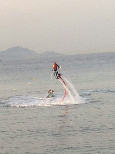 Iron Man ? Non Laury fait du Flyboard