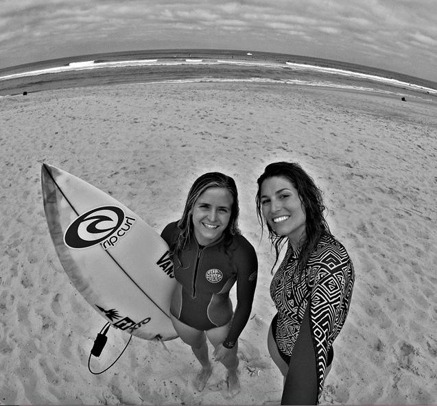 Laury Thilleman : Elle s'éclate comme une folle sur sa planche de surf !