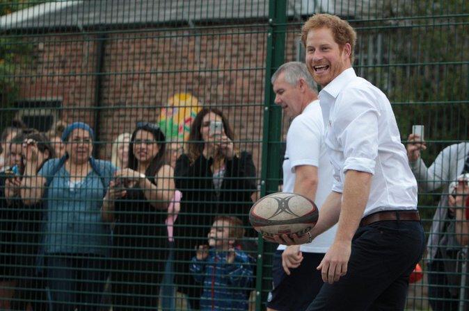 Photos : Le Prince Harry zappe l'anniversaire de son frère et s'éclate à Manchester !