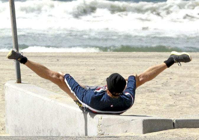 Matthew McConaughey : des étirements à la plage !