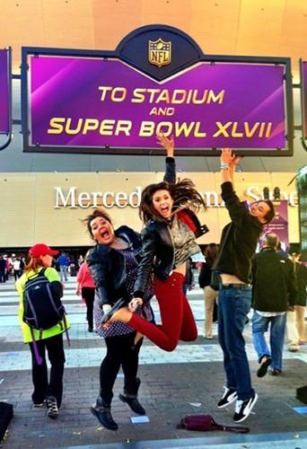 Nina Dobrev et ses amis au Superbowl !