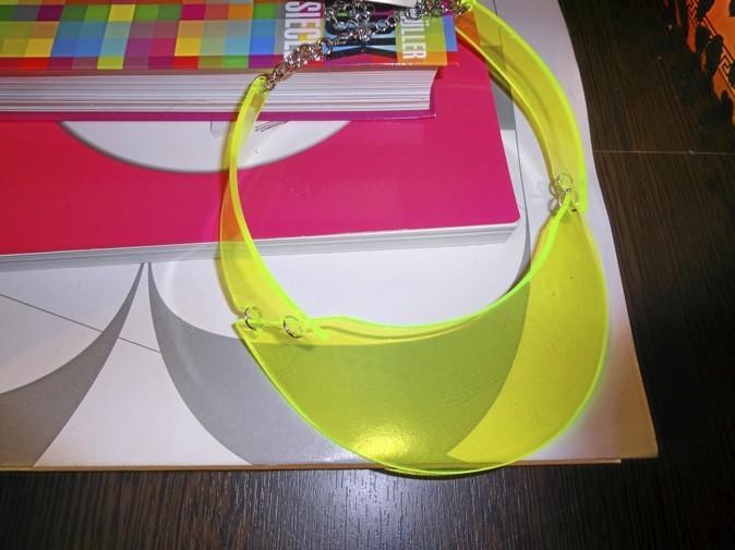 Collier en plexiglas jaune fl uo, H&M 9 €