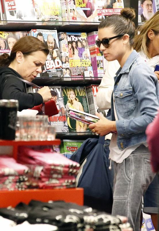 Lea Michele s'achète des magazines people à l'aéroport de Los Angeles
