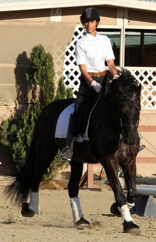 La star de X-Factor a de multiples talents : chanter,  faire du cheval et mettre des push-up !