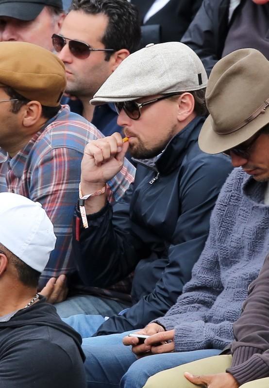 Leonardo DiCaprio et sa cigarette électronique dans le public de Roland Garros, le 2 juin 2013 à Paris