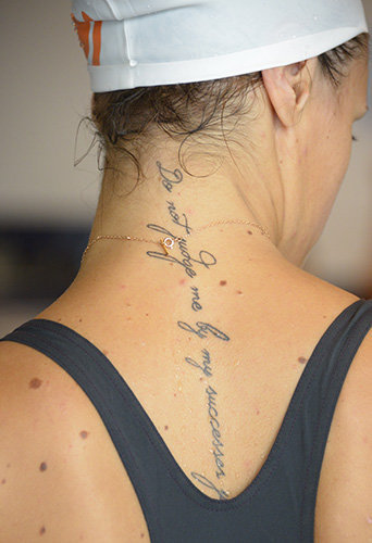 L'inscription dans la nuque de Laure Manaudou