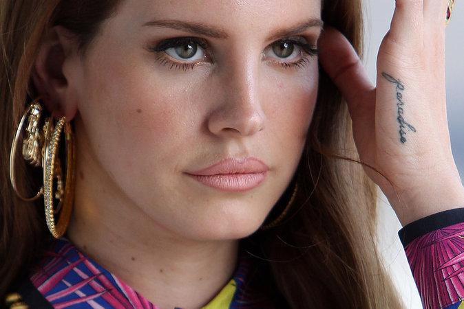"""Le mot """"Paradise """" sur la main de Lana Del Rey"""